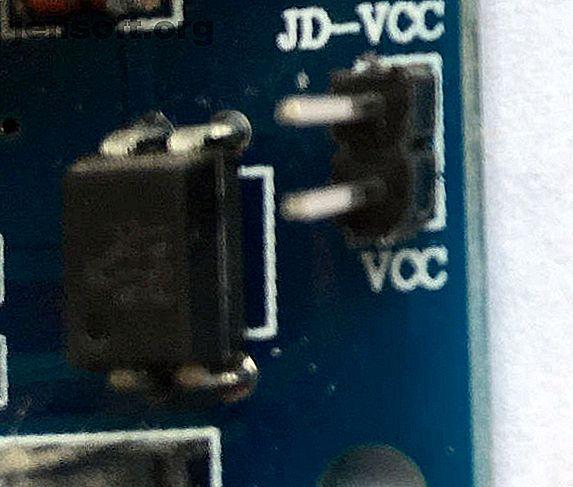 Les gadgets maison intelligents sont-ils trop chers?  Construit le tien!  Voici comment réaliser un commutateur intelligent à détection de lumière avec Raspberry Pi et IFTTT.