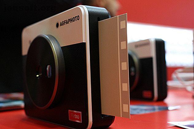 Pubblicità AGFA Photo ha portato una mano forte a IFA 2019, mostrando Realipix Square S tra le altre fotocamere a stampa istantanea e stampanti focalizzate sui social network. Realipix Square S è una fotocamera 2 in 1 a stampa istantanea in stile retrò.  Scatta con una fotocamera da 10 megapixel, che poi trasforma in un'elegante foto 3 × 3.